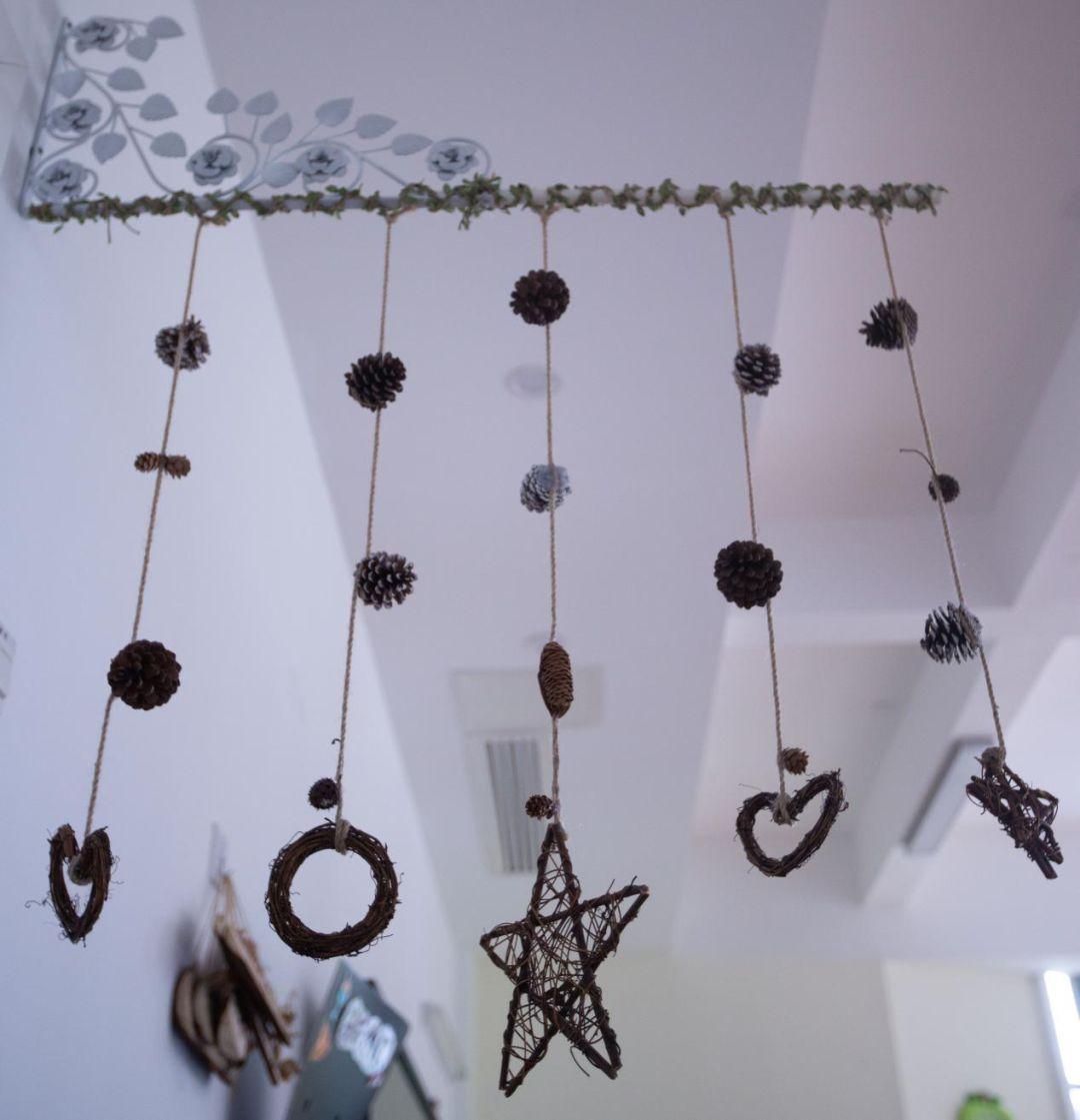 吊饰来张贴各个区域的标识,周围部分留白,根据活动的进程张贴幼儿活动