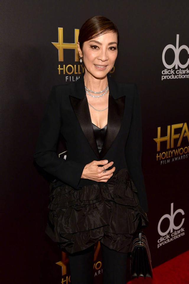 56岁杨紫琼一身黑低调优雅,56岁张凯丽还在装嫩,真不是一类人!