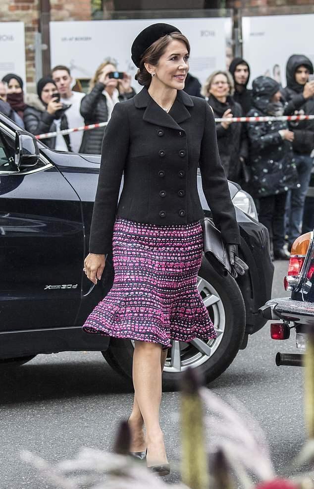 丹麦王储妃玛丽太接地气了,一身白色礼服裙却配双运动鞋,太实用
