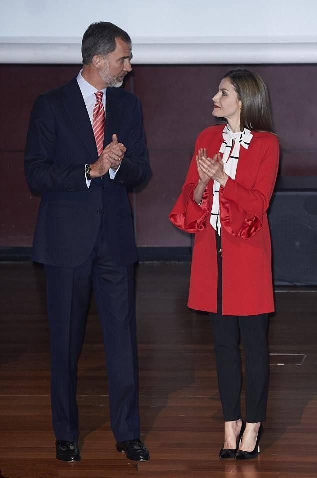西班牙王后又穿这件平价红色大衣,这次只是搭配一条丝巾更好看了