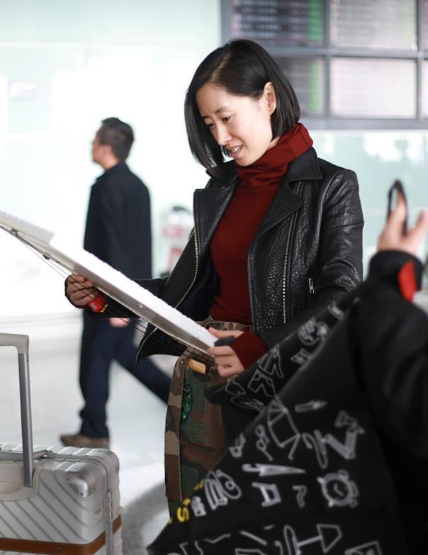 """刘敏涛虽长了一张""""大姐脸"""",但在机场不画眉不抹唇,从不装嫩!"""