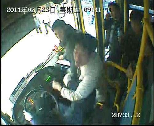 """殴打公交司机案的结果,为何都是""""缓刑""""而没有""""实刑""""?"""
