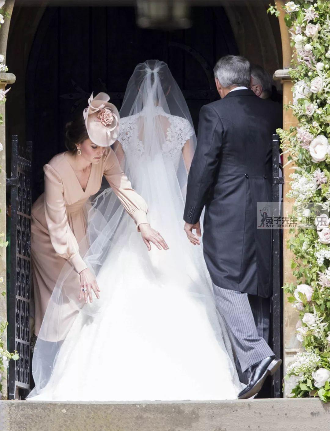 凱特王妃超級寵愛妹妹,親自為她整理裙擺,3個暖心舉動好感人!