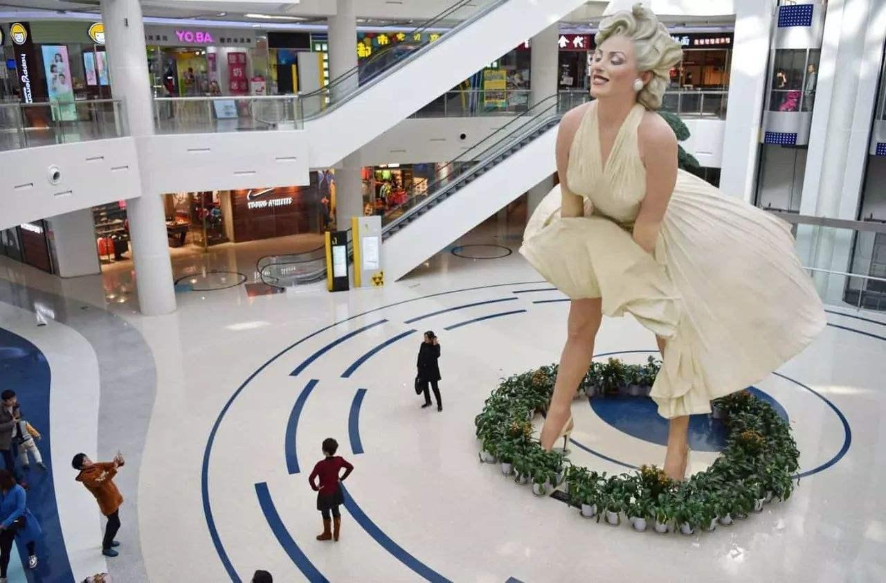 美國夢露雕塑因低俗不雅被拆除,大連商場內卻建一模一樣的雕塑!