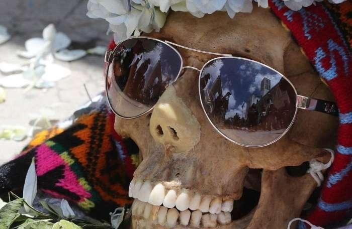 """玻利维亚""""骷髅节"""" 装饰亲人头骨祈盼好运,游客表示旅行不愉快"""