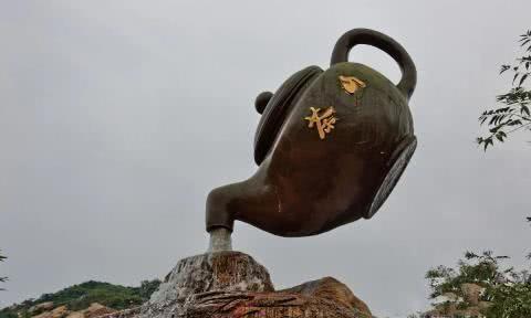 青岛悬空茶壶流水不断,游客认为是魔术,网友赞叹:国人的智慧!
