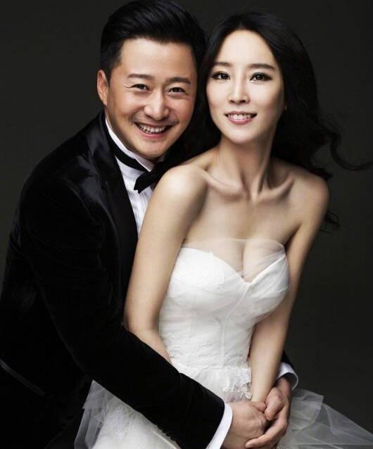 吴京的一张照片火了,黄晓明合影,老婆谢楠P图,原来是结婚照