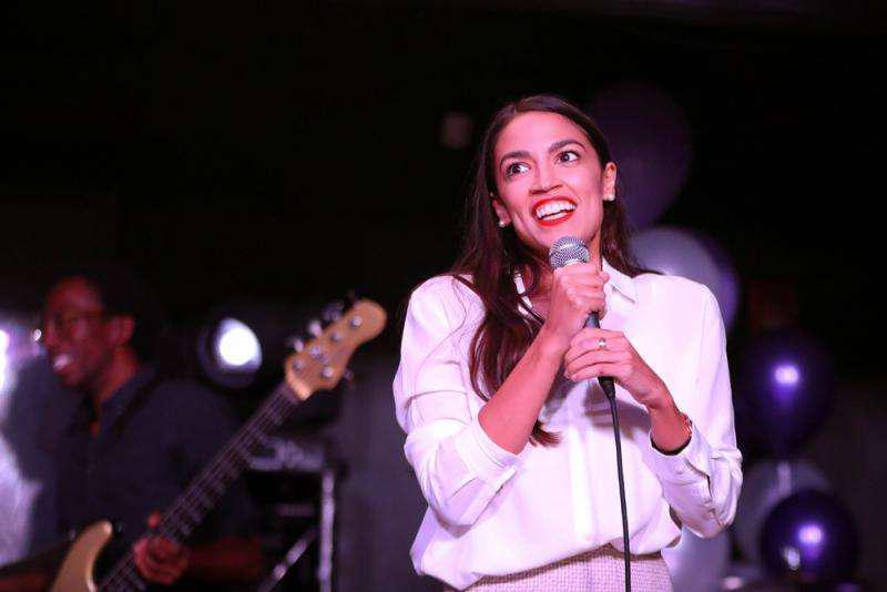 """""""酒吧打工妹""""战胜民主党""""十朝元老"""" 美国史上最年轻国会女议员pick一"""