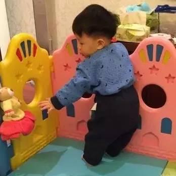 热文:你孩子是O型腿,只因为他儿时早站!