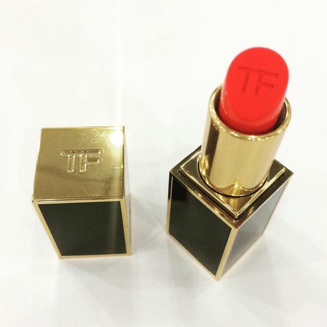 女人口红的味道是怎样的味道_女人涂口红的图片