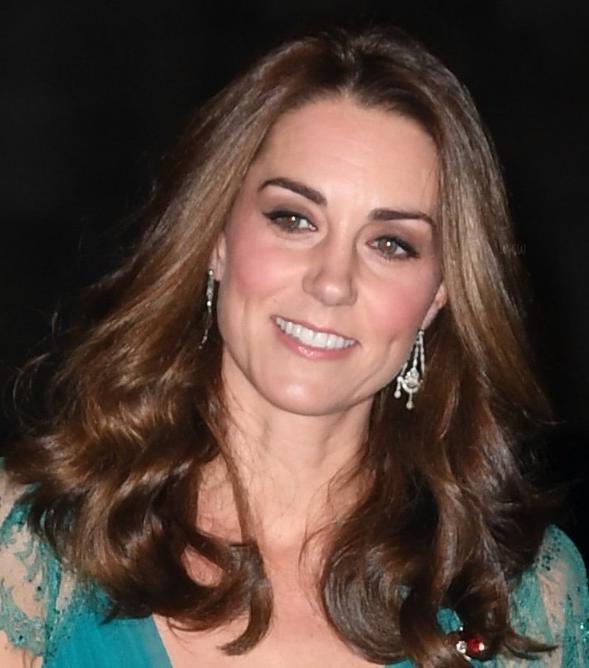 凯特王妃参加颁奖活动,绿色衣裙突显高挑身材,最爱那头金色长发