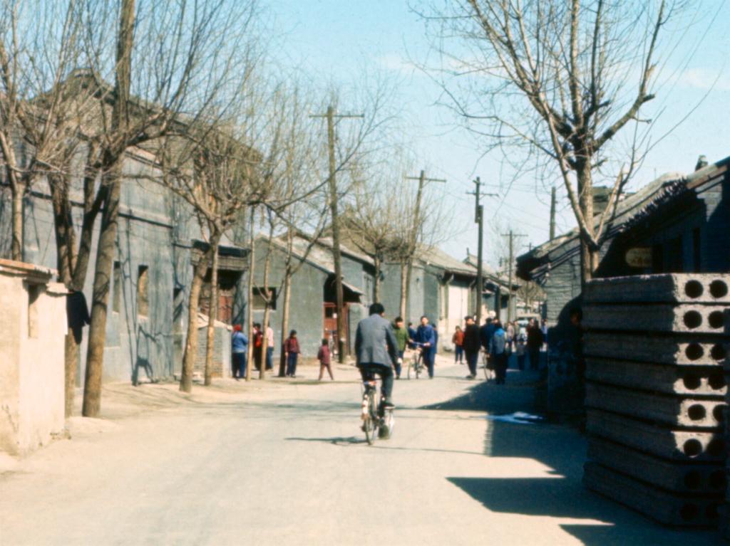 你见过七十年代街拍吗,京城街头偶见红裙子