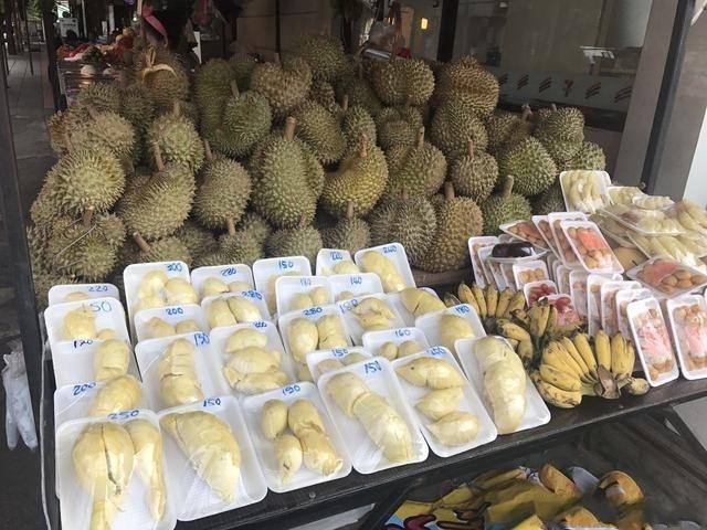 泰国水果摊再现中文提示,这一行为惹怒中国人,游客:后悔不该来