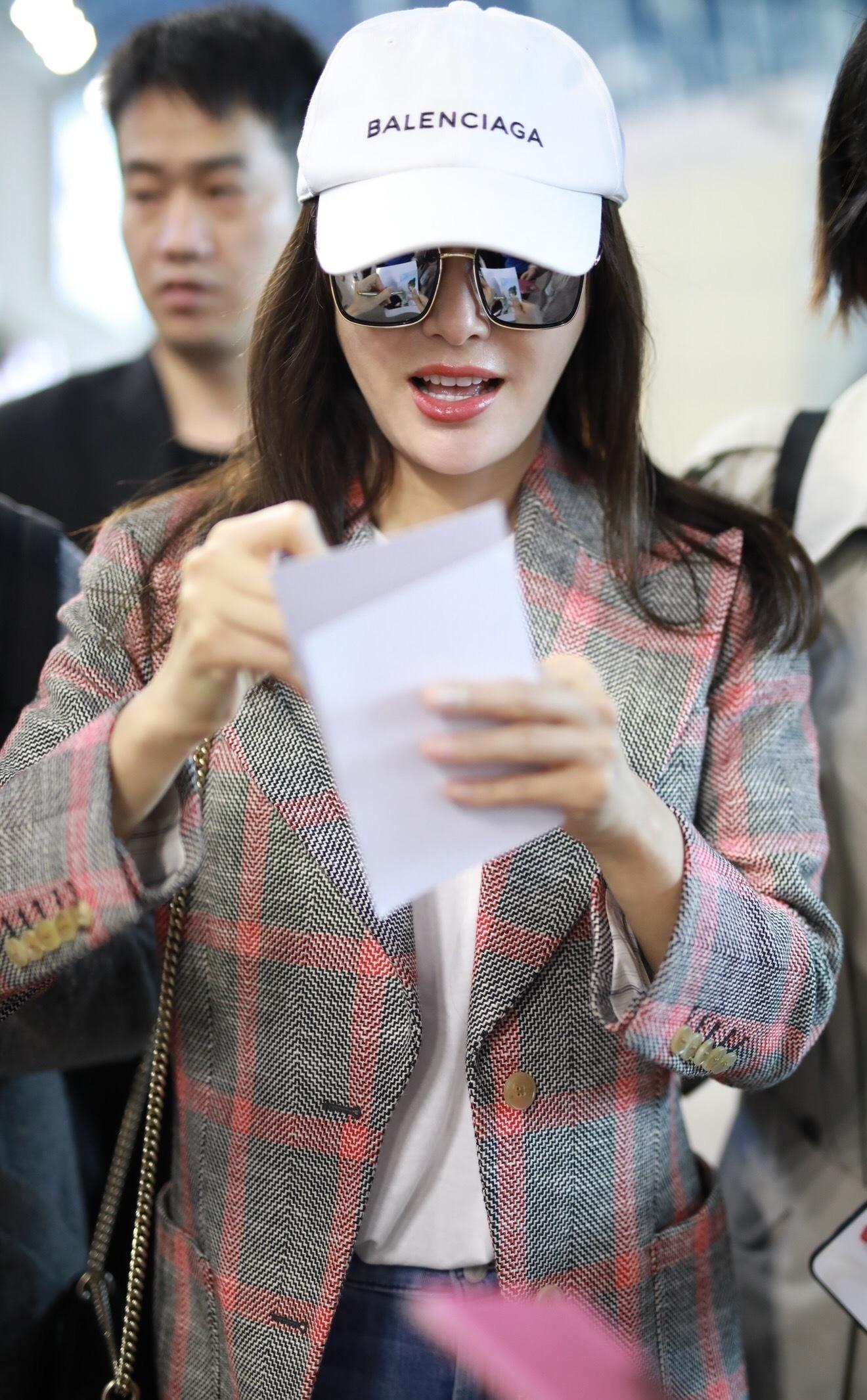 秦嵐粉灰拼色外套甜美吸睛 暖心給粉絲簽名溫柔甜笑