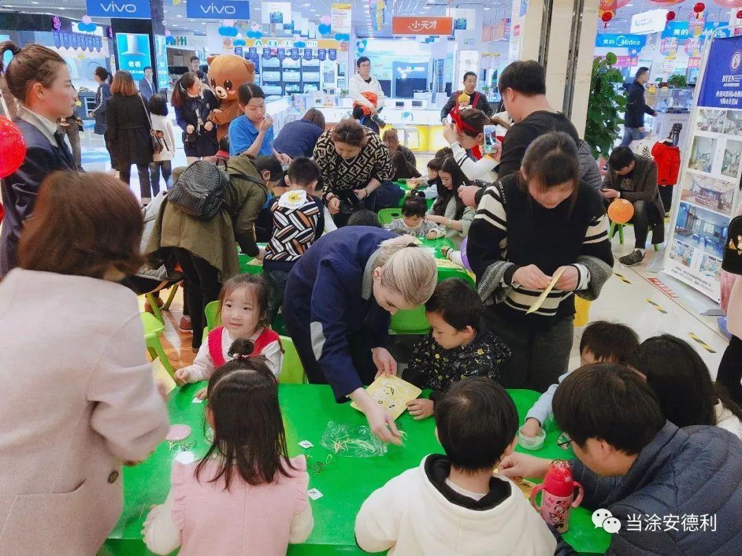 """香港贝国际幼稚园在三楼童装区带着一群孩子们制作属于自己的沙画,   香港贝国际幼稚园   园内外设有多功能室、小舞台、活动室、阅读区、户外游戏区等、   环境创设   """"净、美、奇、趣""""、   是小朋友生活、学习、游戏的成长乐园、各类特色体验课程,培养孩子图片"""