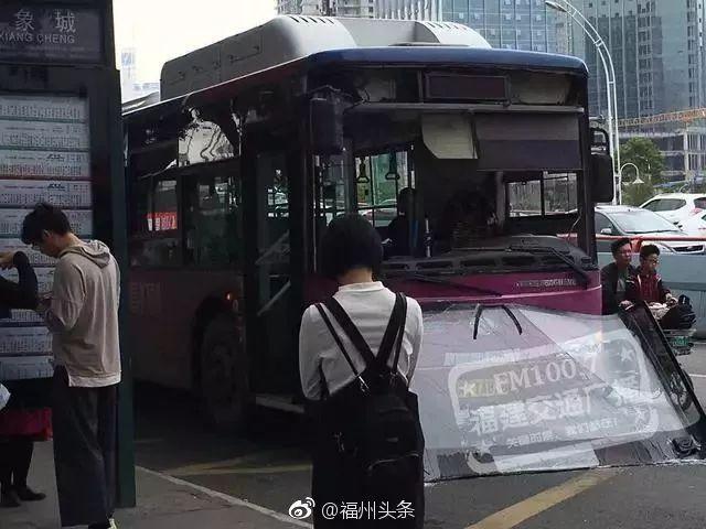 三分钟新闻 丨福州闹市区一行驶中的公交车,前挡风玻璃突然掉落!原因让人后怕……