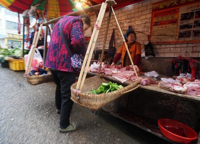 黎平:外地很少看到这么干净而独特集贸市场但也有人偷偷卖野味_