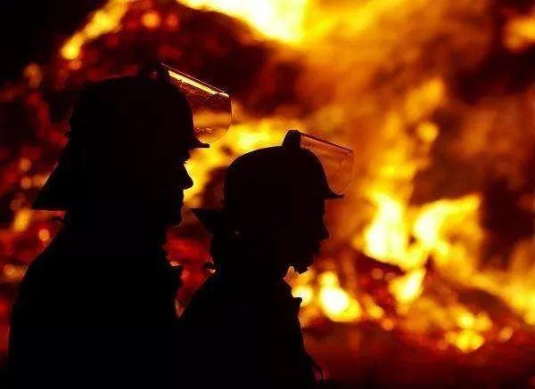 沧州13岁女孩两次勇闯火海救出老人,看到火势后父亲后怕