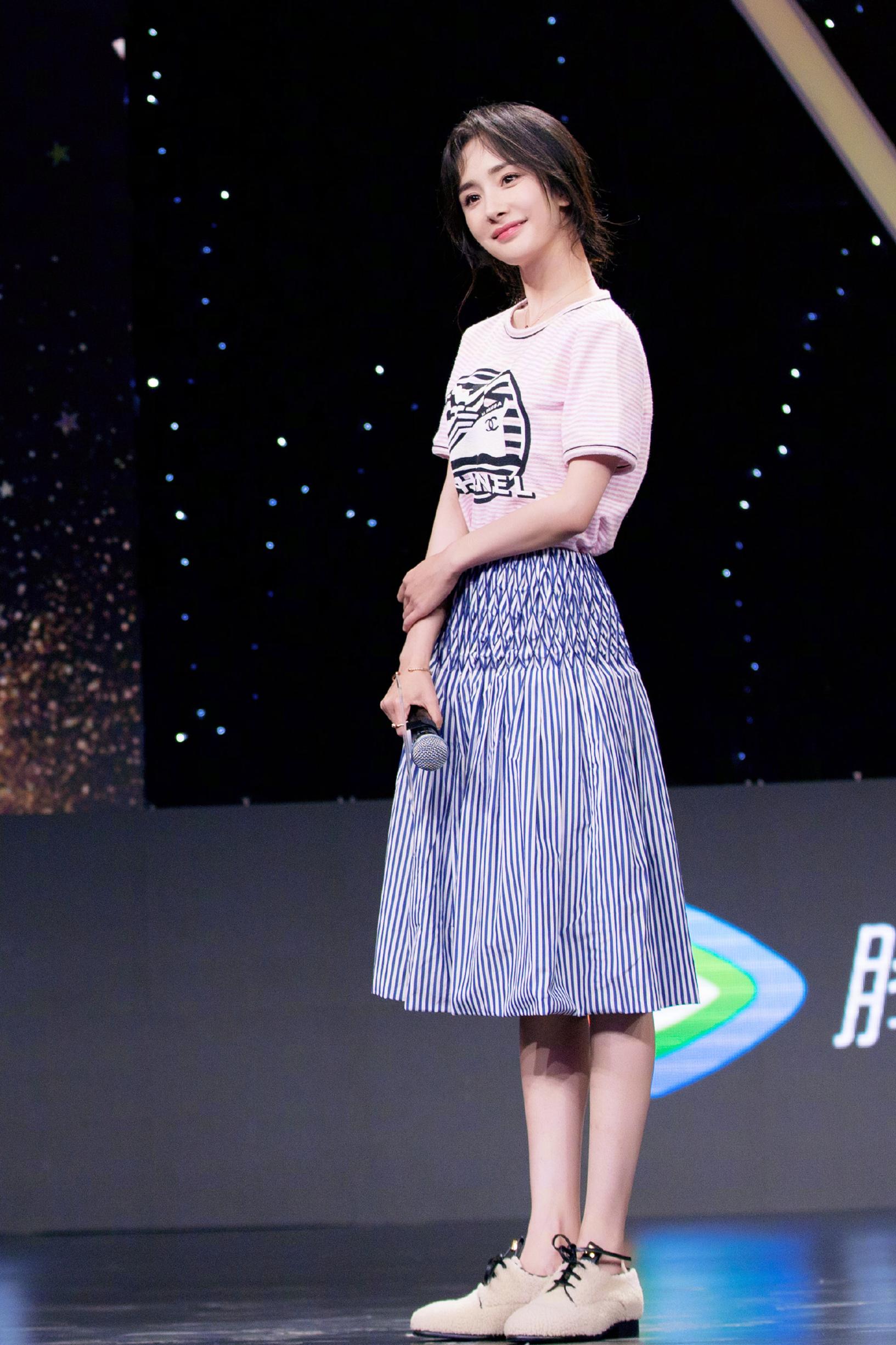 楊冪雖然已經32歲,可穿衣造型卻減齡效果滿分!少女感也太強了