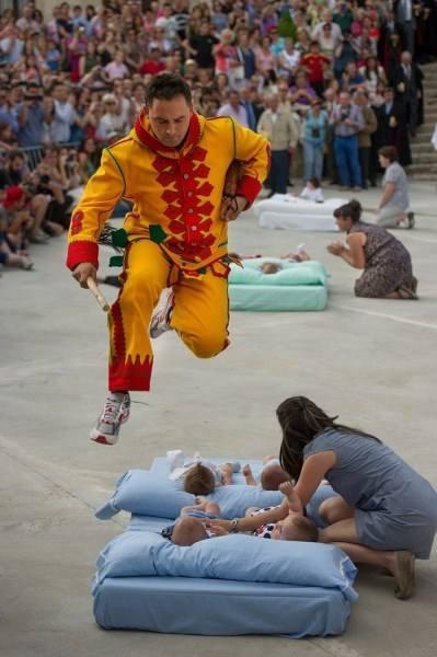 """国外最奇葩节日,用婴儿来驱赶""""恶魔"""",老外其实比中国人更迷信"""