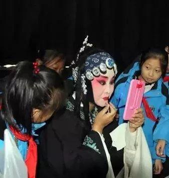 邀请我区德艺双馨的传统文化表演艺术家,非遗传承人走进广大中小学校