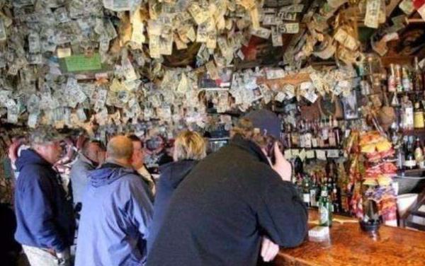 """全球最""""土豪""""酒吧,上千万钞票随意放,老板:有困难可以随便用"""