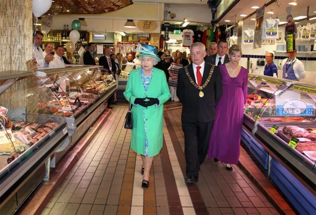 91歲英女王挎小包逛菜市場,表情搞笑展露「吃貨」本色,好可愛