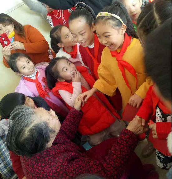 """银川""""红领巾日行一善""""爱心团队走进宁夏唐徕老年托管中心"""