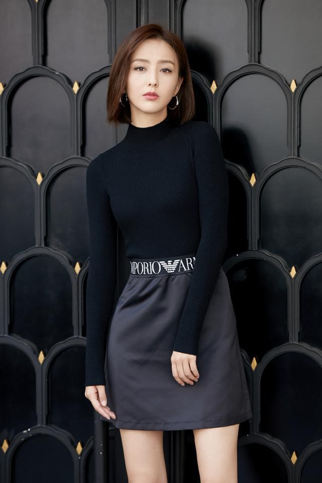 佟麗婭身穿毛衣搭配黑短裙,34歲宛如20歲少女,不像是孩子的媽