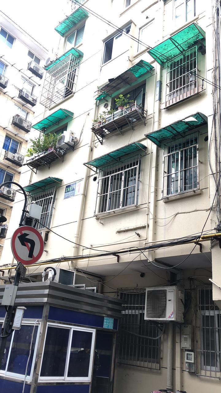 惊险!正在装修的房子窗户突然掉落,砸中一位过路老太太