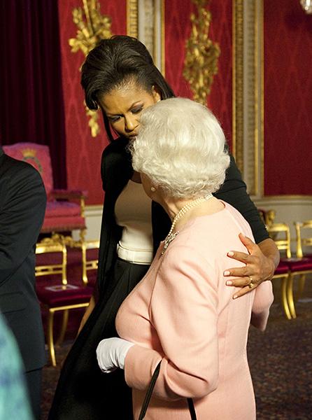 米歇尔 奥巴马透露了她为什么真的拥抱了英国女王,我们都能理解