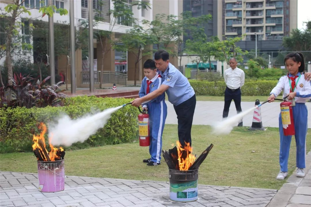 我校学生代表使用灭火器灭火