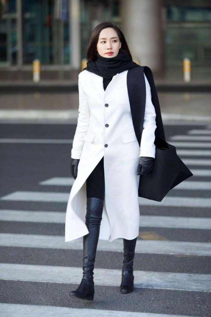 """大衣流行""""极简风""""穿搭, 最适合四五十岁的女人, 时髦高级不出错"""