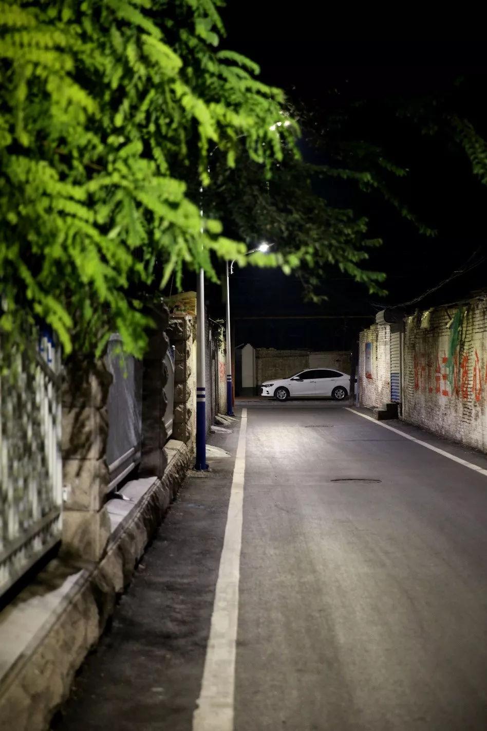 聊城安居网|聊城夜晚胡同里的市井百态,灯光照射下的是城市生活的缩影