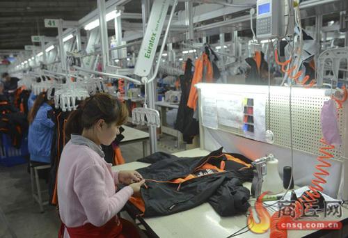 工人在运动服装生产车间作业图片