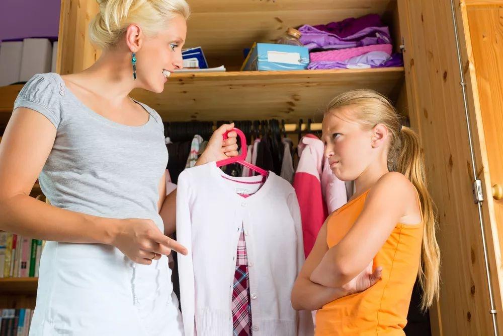 """8岁的她在众人面前换衣服,为什么?""""我妈妈就这么做啊!"""""""