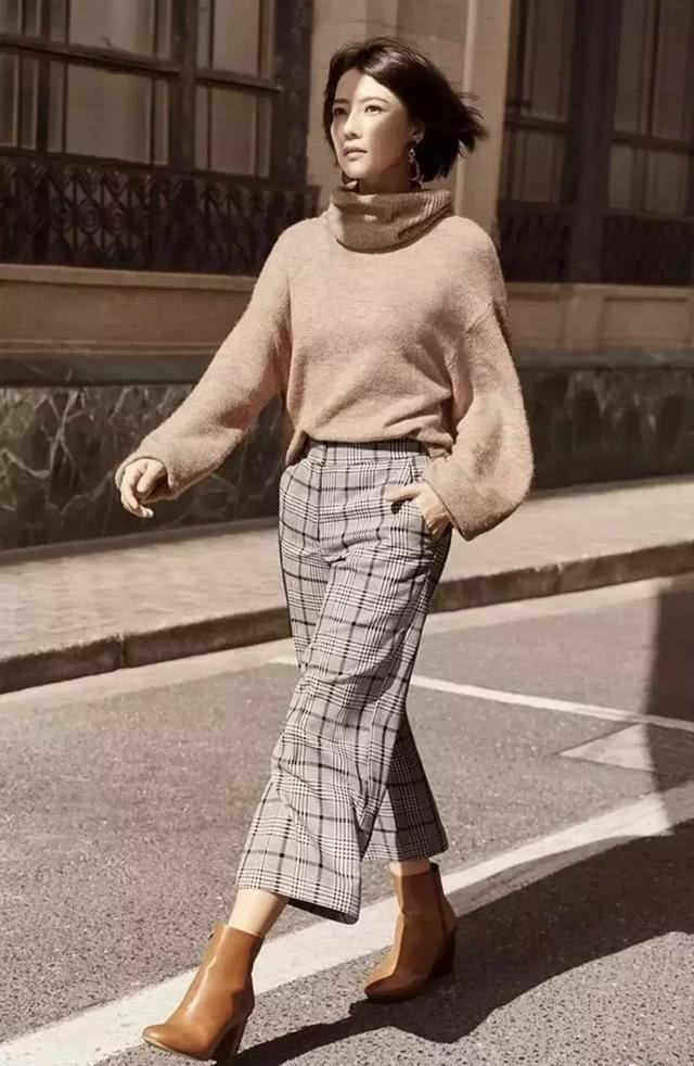 格纹毛呢裤 切尔西靴就是街拍最强搭配了.