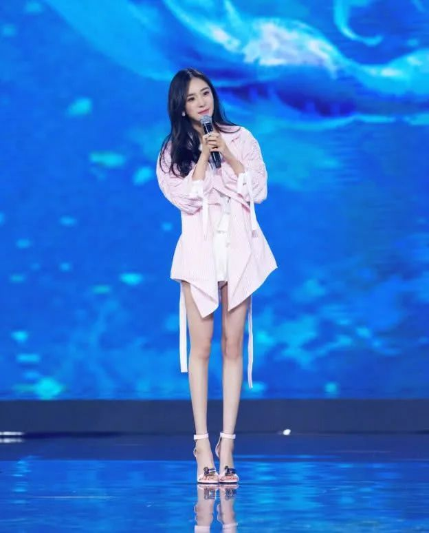 杨幂粉嫩装扮超减龄,看到她的腿就不想吃饭了!