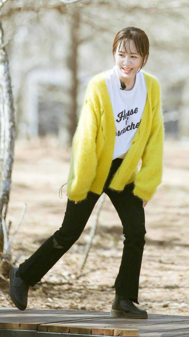 杨紫又美了,穿镂空针织衫变身小黄人现身机场,美得似高中生