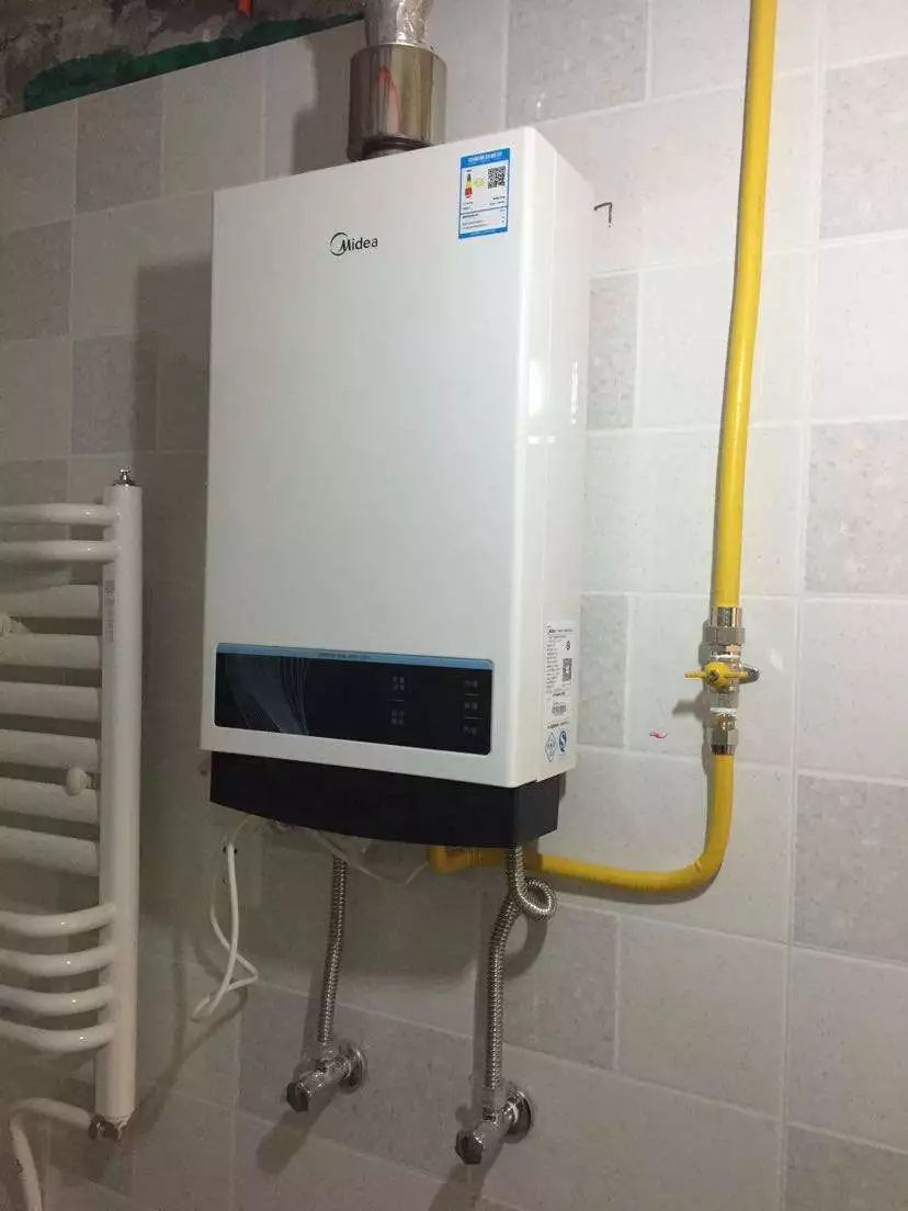 选择的安装热水器的位置距离气源比较远,这时候就需要外接燃气管道,这图片