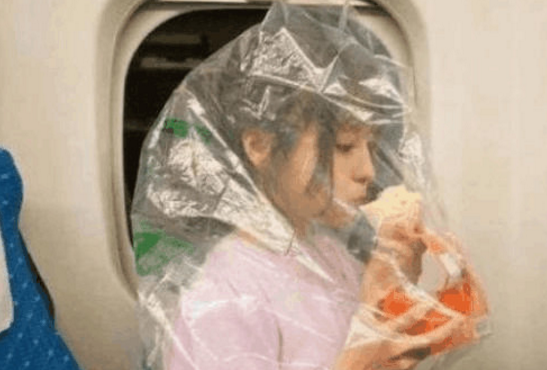 女子坐高铁用塑料袋套头呼吸?其余乘客都嘲笑她,得知原因后羞愧