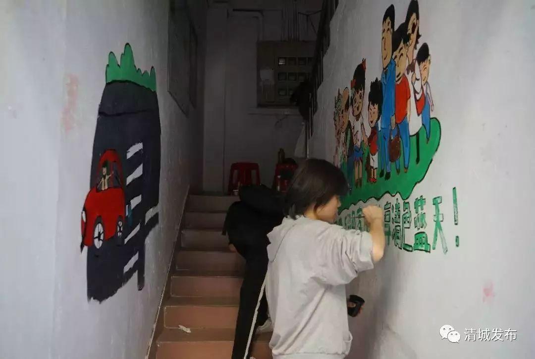 """【创文】志愿者手绘墙,""""点亮""""了老旧小区楼道"""