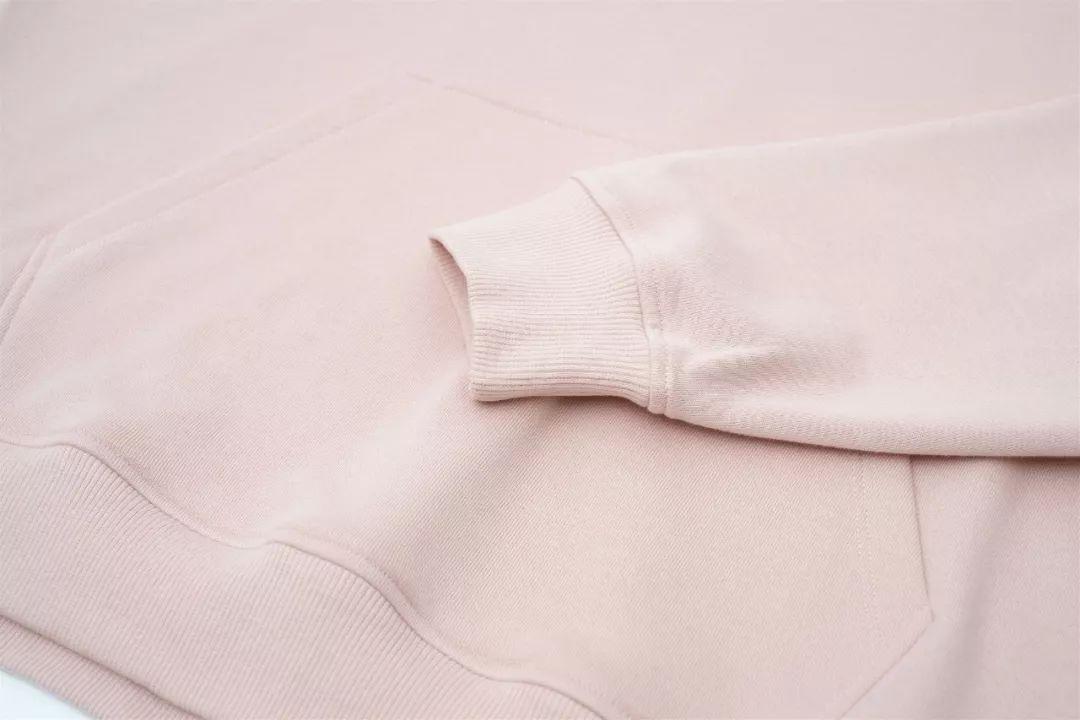 把一条领巾首尾连正在一同拼接成一个圆圈的是