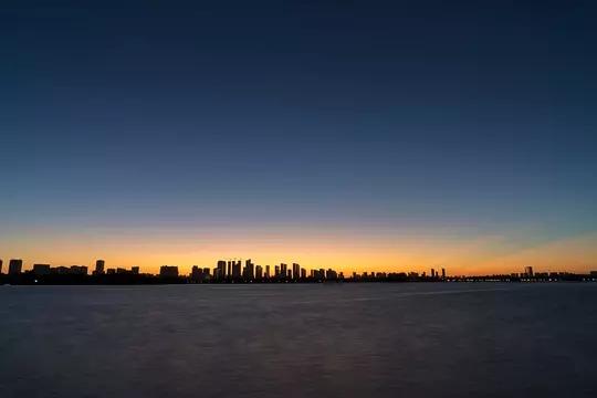 清晨 阳光唤醒这座城市