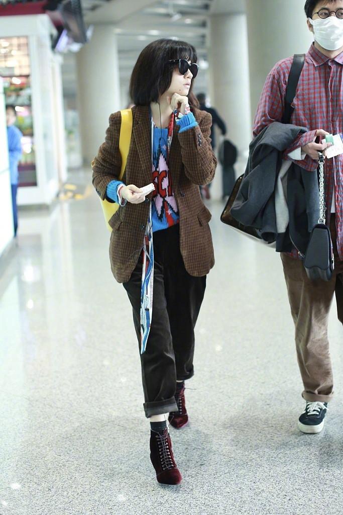 """春夏嘴上涂""""生病色""""现身机场,脖子上挂软尺搭配衣服居然不丑"""