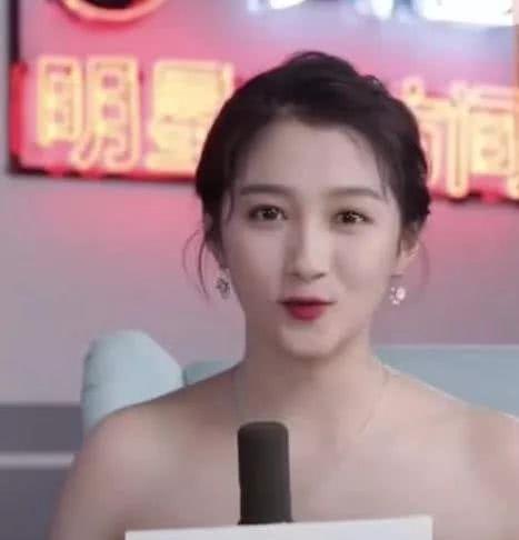 关晓彤被采访,看到这一身穿着之后,网友,都不知道往里塞一塞?