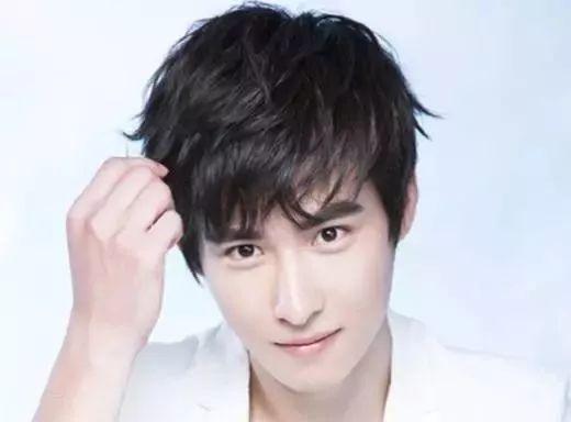 刘海三七分比两边铲更偶像派,更修饰脸型,还有复古范~ 男生的发型不图片