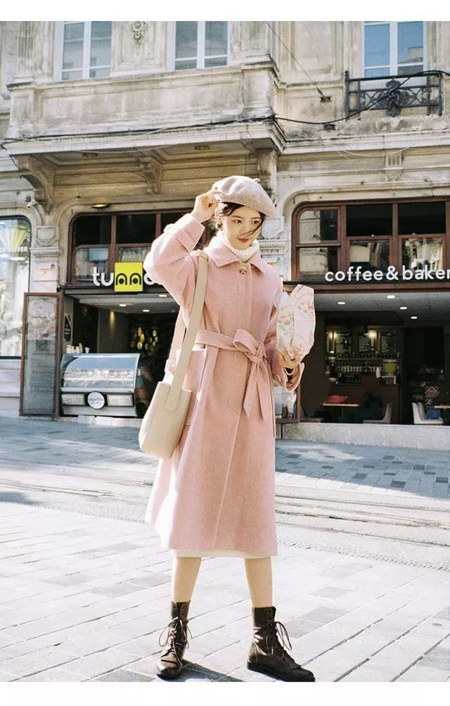 阅读更多关于《知性文艺女青年冬日穿搭文艺清新纯色毛呢大衣让你美丽又暖和》