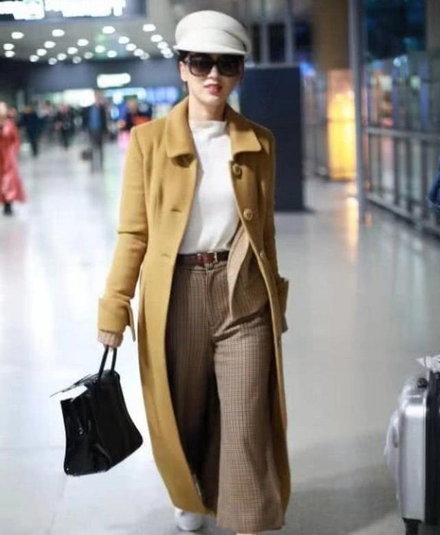 黄圣依长款大衣现身机场,这才是阔太该有的风范!