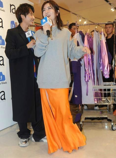 辣妈谢娜穿自家套装,网友:身材五五分是硬伤!